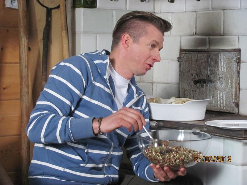 ↑ Wyborny halibut zapiekany ze słoninką na sałatce z kaszy gryczanej-pieczony w piecu kaflowym.